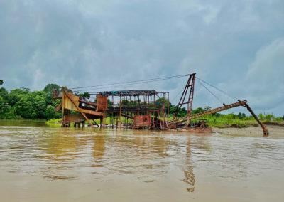 Estructura para explotar oro abanada en la orilla del Rio Quito/ Rio Atrato en en el Chocó, Colombia