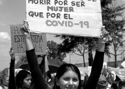 """Mujer protestando con cartel """"Tengo más probabilidad de morir por ser Mujer que por el Covid-19"""""""