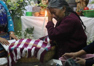 Madre que llora a su hijo fallecido